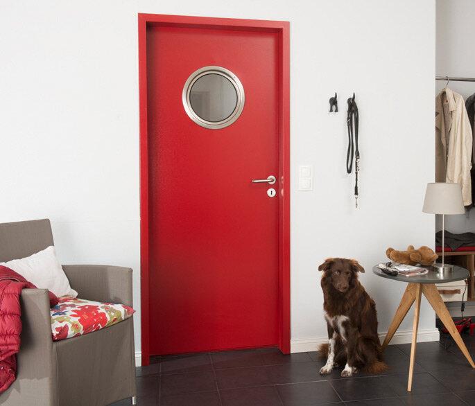 Innentür aus Stahl in rot mit runder Verglasung